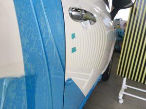 フィアット500 運転席ドアのヘコミをデントリペアで修理