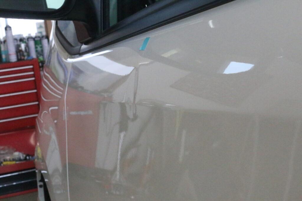 トヨタノアの助手席のヘコミをデントリペアで修理ビフォアー