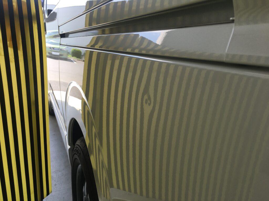 トヨタハイエースのクォーターパネルのヘコミをデントリペア、ビフォアーラインボード
