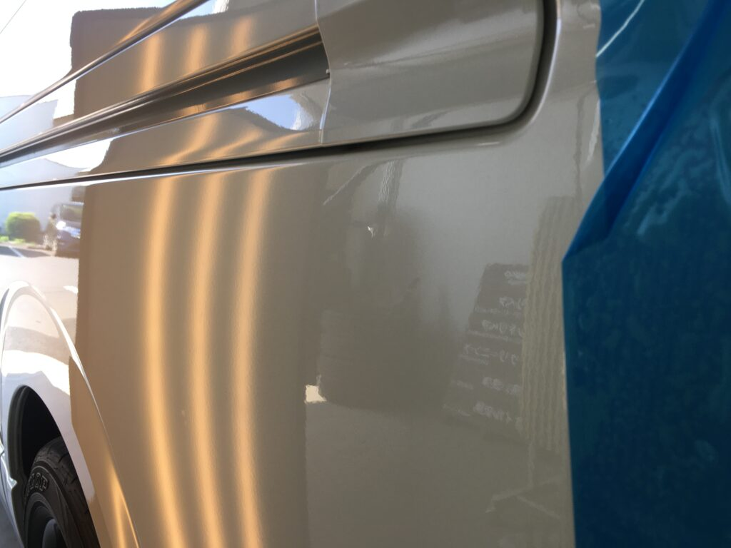 トヨタハイエースのクォーターパネルのヘコミをデントリペア、アフターライト