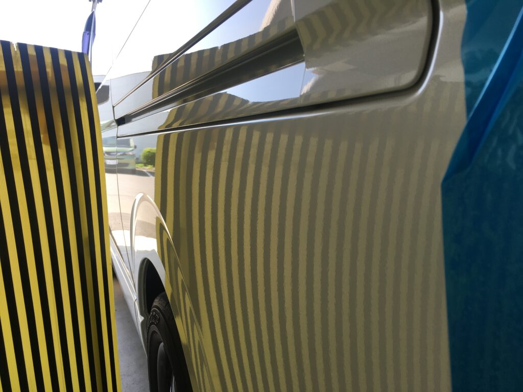 トヨタハイエースのクォーターパネルのヘコミをデントリペア、アフターラインボード