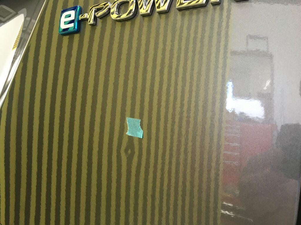 ニッサンセレナeパワーのバックドアに出来たエクボ